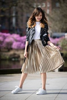 Lovely Metallic Skirt Outfit Ideas For Fall Look Glamour 12 Metallic Skirt Outfit, Gold Pleated Skirt, Midi Skirt Outfit, Winter Skirt Outfit, Casual Winter Outfits, Summer Outfits Women, Skirt Outfits, Stylish Outfits, Pleated Skirt Outfit Casual