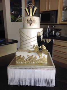 Great Gatsby Themed Wedding Cake With Gold And Black Accents To Match The Venue Contemporary Cakes Pinterest