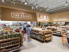 Zehrs supermarket in Toronto is the first instalment of Landini's latest collaboration with Loblaws on their new 'Neighbour' format. Showroom Interior Design, Retail Interior, Bakery Shop Design, Store Design, Food Retail, Retail Shop, Cafe Organic, Convience Store, Baking Store