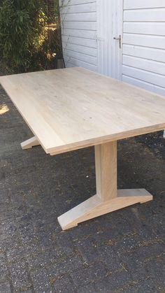 Deze moderne strakke tafel met T poot is op maat gemaakt. Volledig van eiken behandeld met een stone wash. Ook benieuwd naar deze of andere tafels op maat? Neem een kijkje op www.oudisnieuw.net