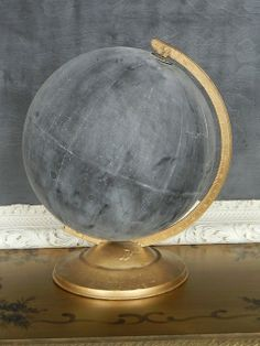 chalkboard globe Make it yourself! Buy a 5 dollar globe at a thrift store. Buy some chalkboard paint from home depot. Take apart thrifted globe from stand and paint globe. my buddy already has a great idea for this Painted Globe, Beton Design, Design Design, Map Globe, Globe Art, Globe Decor, Diy Holz, Chalkboard Paint, Chalkboard Drawings