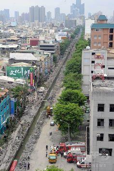 台湾南部・高雄(Kaohsiung)市で、ガス爆発で破壊された道路(2014年8月1日撮影)。(c)AFP/SAM YEH ▼1Aug2014AFP|【写真特集】台湾・高雄のガス爆発 http://www.afpbb.com/articles/-/3022093 #Kaohsiung