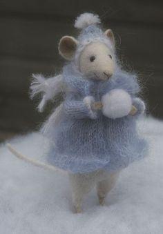 Natasha Fadeeva - Newest Work . oh my goodness HOW CUTE is this? Natasha Fadeeva - Newest Work . oh my goodness HOW CUTE is this? Needle Felted Animals, Felt Animals, Cute Animals, Wet Felting, Needle Felting, Maus Illustration, Felt Mouse, Cute Mouse, Little Doll