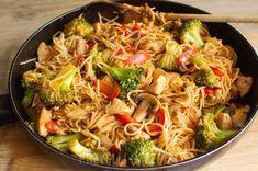 Proste stir fry z kurczakiem i warzywami in 2020 Shrimp And Vegetables, Fresh Vegetables, Veggies, Shrimp Chow Mein, Forgotten Chicken, Mie Goreng, Vegan Jambalaya, Pad Thai Sauce, Homemade Ramen