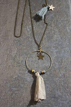 Sautoir bronze, pompon écru et perles