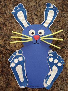 Großer Osterhase - seine Ohren und Füße wurden aus Fußabdrücken gestaltet