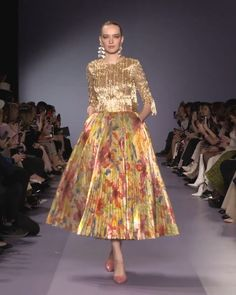 Colorful Golden Two Piece A-Lain Midi Dress with Round Neckline and Half Long Sleeves. Runway Show by Georges Hobeika. Haute Couture Dresses, Haute Couture Fashion, Emo Dresses, Types Of Dresses, Fashion 2020, Runway Fashion, Skirt Fashion, Fashion Dresses, Beautiful Cocktail Dresses