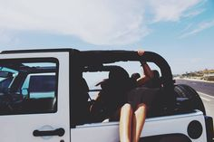 white jeep and sandy feet Into The Wild, My Dream Car, Dream Cars, Jeep Images, Jeep Photos, White Jeep, Jeep Life, Beach Bum, Beach Trip