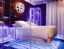 Chambre La Lévitation - Levitation Room  – Hotel Seven (Paris, France) by Elegancia Hotels. Lit en lévitation | Douche transparente | Fibre optique    Levitating bed | Transparent shower | Fiber optics