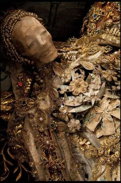 In a forthcoming book titled Heavenly Bodies: Cult Treasures & Spectacular Saints from the Catacombs, photographer Paul Koudounaris brings before his lens bejeweled skeletons long-lost in the catacombs of Rome. Memento Mori, Rome Catacombs, Ideas Principales, Relic Hunter, Post Mortem, Danse Macabre, Catholic Saints, Vito, Most Beautiful