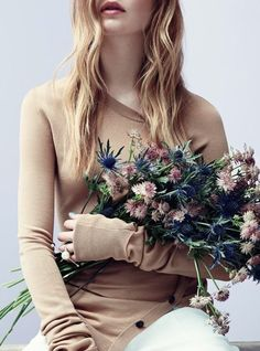 Girls With Flowers, Holding Flowers, Flower Aesthetic, How To Pose, Models, Flower Photos, Girls Out, Her Hair, Editorial Fashion