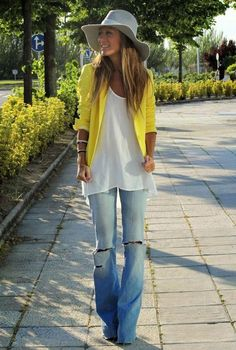 Conjunto americana amarilla, camiseta blanca, tejanos y sombrero gris #misconjuntos #conjuntosmoda #modafemenina #fashion #style #looks