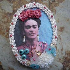 """Broche """"frida kahlo aux petites fleurs bleues"""""""