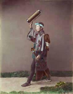 Japan, by photographer Kusakabe Kimbei Native American History, Native American Indians, Old Photos, Vintage Photos, Samurai, Costumes Japan, Meiji Era, Japanese History, Japan Photo