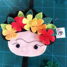 """Marcador de página """"Frida"""" Sewing Crafts, Sewing Projects, Crafts For Kids, Arts And Crafts, Mexican Crafts, Felt Patterns, Foam Crafts, Felt Diy, Felt Dolls"""
