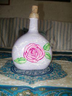 Botella con rosa.
