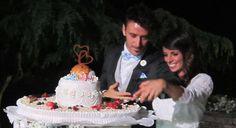 Il taglio della #torta. Gli #occhi #brillano di #emozione. Il viso ha il #colore della #gioia. #Wedding #multicolor #tagliotorta #cake #tavolo #scarpette #decorazione www.castellodegliangeli.com