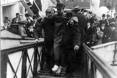 Le 18avril 1912, dans la soirée, le Carpathia accoste enfin à New-York. Les rescapés terminent leur croisière cauchemardesque. Parmi les survivants, Harold Bride, ici photographié à son arrivée à terre. Ce radio-télégraphiste a eu les pieds gelés aprèsêtre restéplusieurs heures sur la coque retournée d'un canot de sauvetage. © Library of Congress