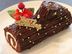 this is the shape minus the goofy decoration. Christmas Log Cake, Christmas Cake Decorations, Christmas Sweets, Holiday Cakes, Holiday Baking, Christmas Baking, Yule Log Cake, New Year's Cake, Cocktail Desserts