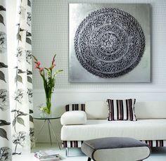 Ya tenemos en Original House este cuadro (mandala) de estilo oriental. Los mandalas son representaciones simbólicas del universo según la antigua cosmología budista. Esta hecho totalmente a mano sobre lienzo y efecto en relieve.