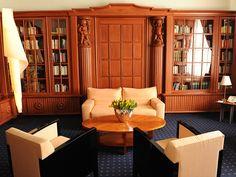 Im Schloss Die 17Zimmer und Suiten im Schloss wurden höchst individuell geplant und mit wertvollen Antiquitäten und modernstem Komfort liebevoll ausgestattet. Die Marmorbäder haben ihren eigenen, ...