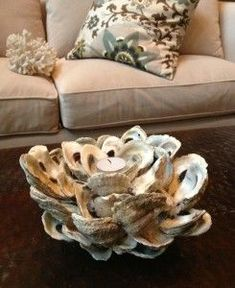 If you love oysters as much as I do, then you will also love to make this DIY mini oyster shell candle holder. Seashell Art, Seashell Crafts, Beach Crafts, Seashell Projects, Driftwood Projects, Driftwood Art, Oyster Shell Crafts, Oyster Shells, Oyster Diy