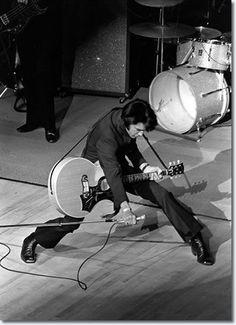 Elvis Presley on stage in Las Vegas, 1969. (via Old Pics Archive on Twitter)