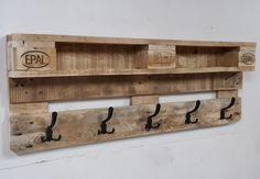 Unser neuster Streich :o) Eine schlichte Garderobe mit Ablagefläche für Geldbeutel, Briefe, Schlüssel, Deko etc. Platz zum Aufhängen Eurer Kleidung habt Ihr an 5 Metallhaken. Das Holz ist...