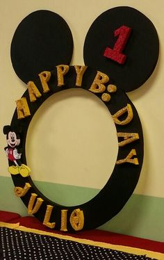If you like Mickey Mouse and you have a party to give soon, you're in luck we bring you several ideas to make your Mickey Mouse party. Mickey Mouse Birthday Theme, Mickey Mouse Party Decorations, Theme Mickey, Fiesta Mickey Mouse, Mickey Mouse Parties, Mickey Party, Mickey Minnie Mouse, Mickey Mouse Frame, Party Frame