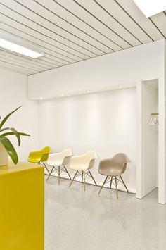 The combination of modest white, design classics constitutes a pleasant, discreet and professional atmosphere in the Praxis für Podologie (podiatry surgery) in Stuttgart. This is supported by a spatial concept, affecting the patient to feel secure and comfortable. Year: 2012 Scope: Concept, construction management, Corporate Design (stationery), Design, Planning Materials: HPL coated studio-dlf.com