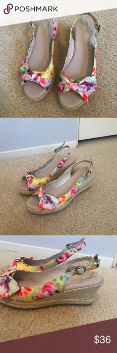 💞Naturalizer's Beautiful Shoes These beautiful Naturalizer shoes size 8 1/2 have only been worn a couple times in excellent condition absolutely beautiful with any outfit and from a non-smoking home. Super comfortable!! Naturalizer Shoes