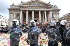 """Des militants nationalistes ont été dispersés par la police à Bruxelles alors qu'ils manifestaient sur la place transformée en mémorial. La police antiémeute a fait usage de canons à eau pour tenter de disperser 200 manifestants nationalistes qui ont fait irruption dimanche sur la place de Bruxelles transformée en mémorial après les attentats meurtriers de mardi a constaté un journaliste de l'AFP. """"On est des hooligans"""" """"on est chez nous"""" ont lancé ces manifestants vêtus de noir sur la…"""