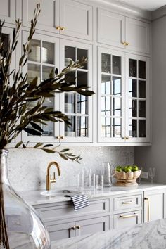 Traditional kitchen interior design with soft grey cabinets with glass inserts and brass accents interior design Kitchen Design Traditional Kitchen Interior, Interior Design Kitchen, Grey Interior Design, Kitchen Design Classic, Modern French Kitchen, Traditional Kitchen Backsplash, White Kitchen Interior, Classical Kitchen, Traditional Kitchens