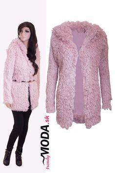 Extravagantný ružový huňatý dámsky zimný kabát s kapucňou. - trendymoda.sk 3afa0531608