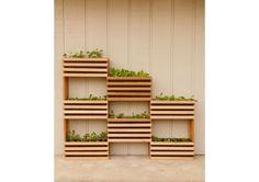 家庭菜園を始めたいけど、マンション住まいだし、ベランダは狭いし…なんて方も諦めてはいけません!そんなときこそDIY。プランター代わりの木製ボックスを垂直に重ねることで、狭いス...