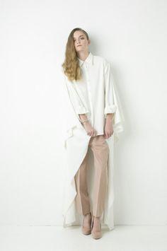 that asymmetric oversized  white shirt, pls!