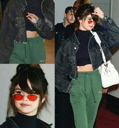 Boa noite com mais uma inspiração cheia de estilo pra vocês!♥⭐ A Selena Gomez veste uma combinação criativa de jaqueta jeans e cropped pretos + calça moletom + óculos laranja. #creative #fashion #style #selenagomez