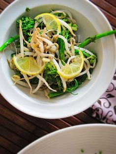 Salada de brócolis com broto de feijão