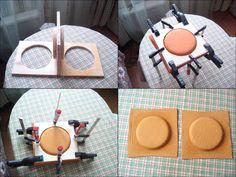 Простейший способ формовки кожи. Вырезаем матрицу из фанеры (на картинке она двойная, т.к. изготавливались боковины для мотоциклетной сумки-кофра), берём кусочки кожи, вымачиваем, вкладываем в матрицу и обжимаем струбцинами и зажимами. Формуем сутки.