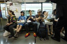 El efecto somnífero en el metro de #Tokio. Chico con el móvil y un minuto después en el quinto sueño. #ViajoConTurkish