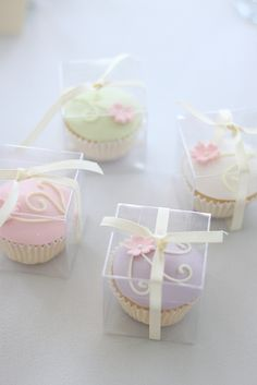 cupcake bonbonniere. These are gorgeous. The clear box and plain ribbon with a knot is simple, well stated and lets the cupcake be the star of the show.