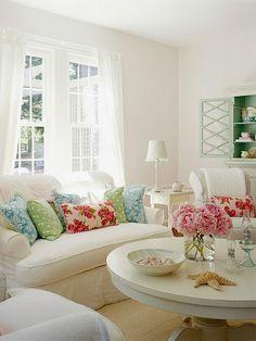 La claridad y limpieza del blanco en un salón permite un juego de colores en los complementos