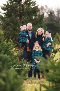 Fall Family Picture Outfits, Family Christmas Outfits, Christmas Pictures Outfits, Family Portrait Outfits, Winter Family Photos, Family Photos With Baby, Family Christmas Pictures, Family Portrait Photography, Family Portraits