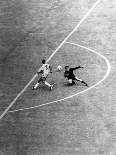 Pelé run-around against Uruguay goal-keeper Ladislao Mazurkiewiecz, in the semi-final at Jalisco Stadium, Guadalajara, 17.06.1970