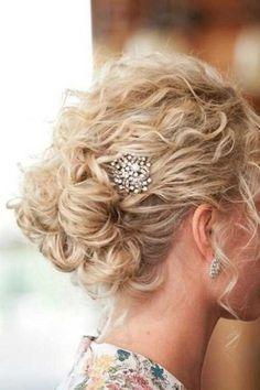 peinado de cabello rizado con accesorios