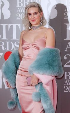 Anne-Marie looked absolutely to die furr on the red carpet. The singer has a Best Single nomination for Rockabye, her collaboration with Clean Bandit and Sean Paul. Celebrity Singers, Celebrity Look, Female Singers, Foreign Celebrities, Girl Celebrities, Celebs, Brit Awards 2017, Anne Marie Album, Anne Maria