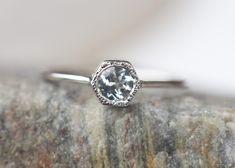 Pierścionek złoty z naturalnym jasno niebieskim akwamarynem.  Pierścionek wykonany jest ręcznie w złocie próby 585. Z tyłu pierścionka malutkie ukryte serce.  KAMIEŃ CENTRALNY akwamaryn,...