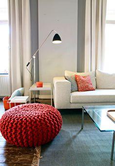 Poef 'Urchin' van Christien Meindertsm, vloerkleed vintage plain van Kinnesand, lamp Gubi, bank Loft76.