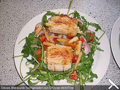 Putenrouladen mit Spargel gefüllt auf Tomaten-Rucola-Salat