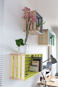Kisten u palletten Möbel. I love the idea of painting the inside of these wood pallets to use as shelves. Wood Crate Shelves, Wood Crates, Crate Bookshelf, Wood Shelf, Bookshelf Ideas, Hanging Bookshelves, Pallet Wall Shelves, Rustic Shelves, Open Shelves